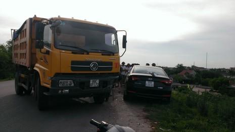 Mất lái, xe tải tông nát xe con - ảnh 1