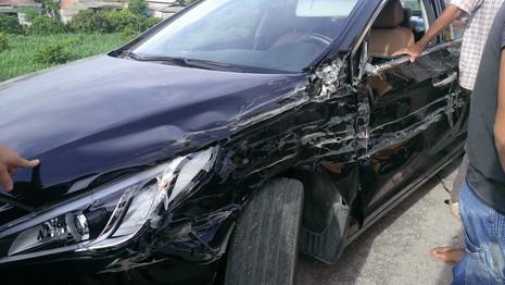 Mất lái, xe tải tông nát xe con - ảnh 5