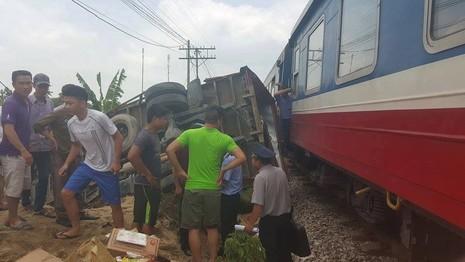 Liều mạng cắt ngang đường tàu, xe tải bị tàu hỏa đâm lật ngửa - ảnh 1