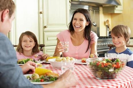 8 quy tắc cho bữa ăn gia đình khỏe mạnh - ảnh 1