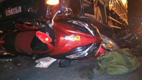 Ba xe máy bị tải cuốn vào gầm khi đang dừng đèn đỏ - ảnh 1