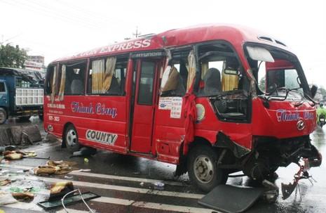 Xe khách mất lái, đâm vào dải phân cách làm 10 người bị thương - ảnh 4