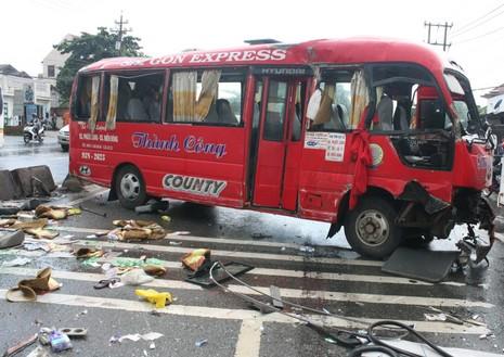 Xe khách mất lái, đâm vào dải phân cách làm 10 người bị thương - ảnh 2