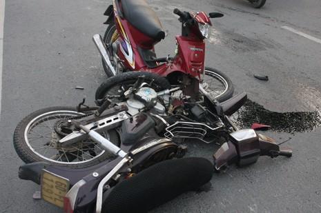Xe máy gãy gập sau cú tông trực diện - ảnh 2
