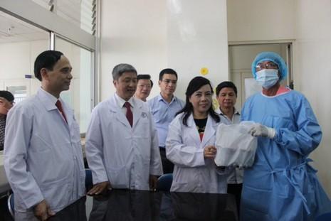 Bộ trưởng Y tế thăm điều dưỡng bị bệnh nhân tâm thần đổ xăng đốt cháy - ảnh 1