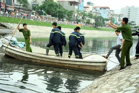 Tò mò lái thử taxi rồi đâm xuống sông Tô Lịch - ảnh 4