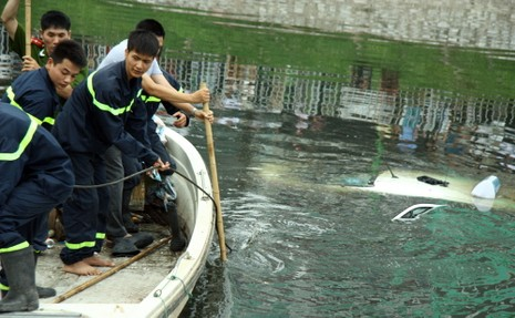 Tò mò lái thử taxi rồi đâm xuống sông Tô Lịch - ảnh 5