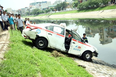 Tò mò lái thử taxi rồi đâm xuống sông Tô Lịch - ảnh 6