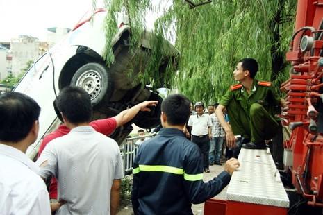 Tò mò lái thử taxi rồi đâm xuống sông Tô Lịch - ảnh 8