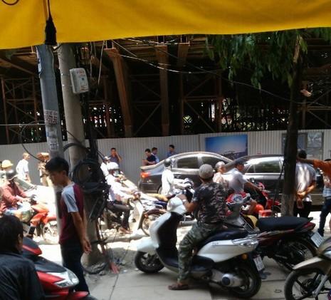 Dự án đường sắt trên cao Cát Linh-Hà Đông: Thanh sắt  lại rơi trúng ô tô - ảnh 1