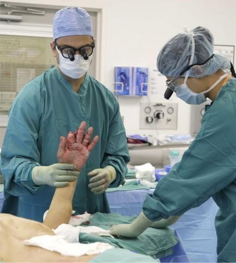 Ủ bàn tay bị bỏng trong ổ bụng để tránh đoạn chi - ảnh 1
