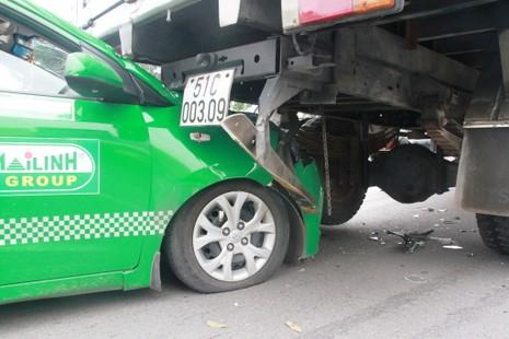 Clip: Tránh người bị ngã, taxi húc đuôi xe tải - ảnh 3