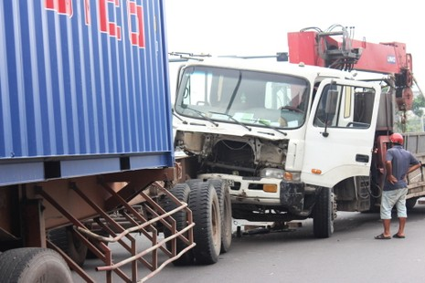 Xe tải cẩu húc vào đuôi container, giao thông ùn ứ - ảnh 2