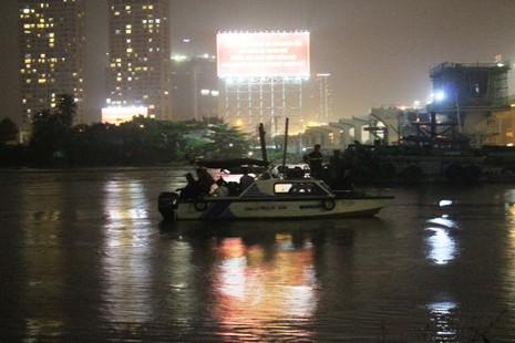 Đội mưa tìm cô gái nhảy cầu Sài Gòn - ảnh 2