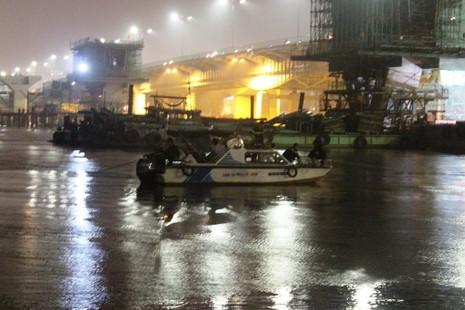 Đội mưa tìm cô gái nhảy cầu Sài Gòn - ảnh 3