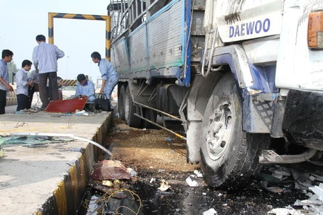 Ô tô tông sập 2 cabin tại trạm thu phí trên cao tốc Trung Lương - ảnh 3