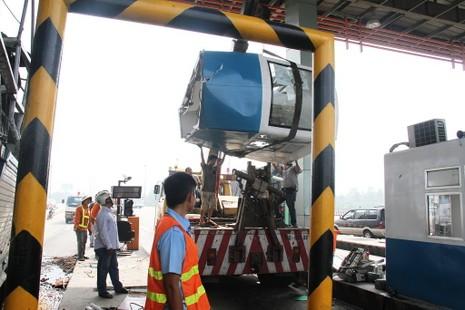 Ô tô tông sập 2 cabin tại trạm thu phí trên cao tốc Trung Lương - ảnh 4