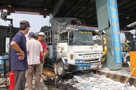 Ô tô tông sập 2 cabin tại trạm thu phí trên cao tốc Trung Lương - ảnh 5