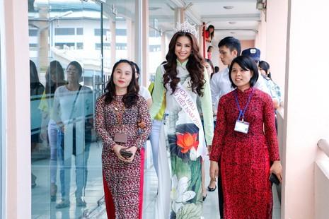 Hoa hậu Hoàn vũ Phạm Hương về thăm trường - ảnh 1