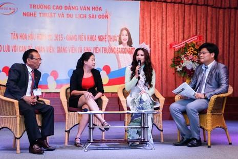 Hoa hậu Hoàn vũ Phạm Hương về thăm trường - ảnh 2