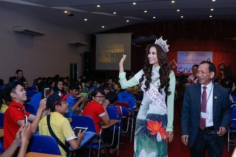 Hoa hậu Hoàn vũ Phạm Hương về thăm trường - ảnh 3