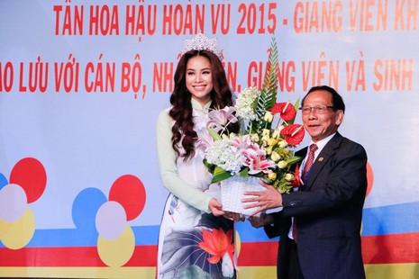 Hoa hậu Hoàn vũ Phạm Hương về thăm trường - ảnh 4