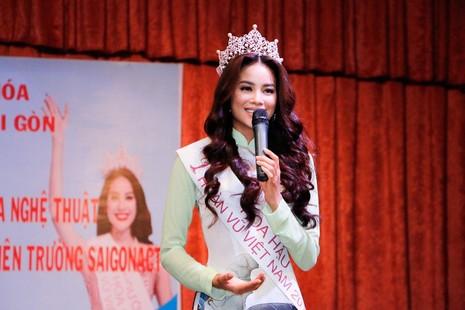 Hoa hậu Hoàn vũ Phạm Hương về thăm trường - ảnh 5