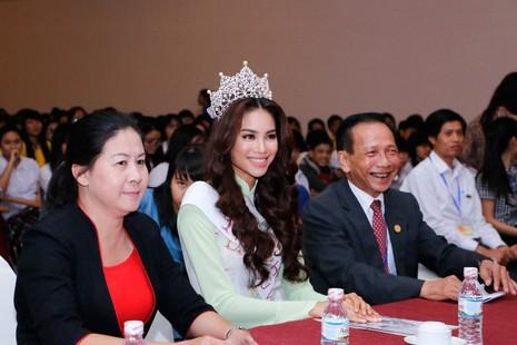 Hoa hậu Hoàn vũ Phạm Hương về thăm trường - ảnh 6