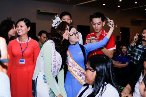 Hoa hậu Hoàn vũ Phạm Hương về thăm trường - ảnh 7