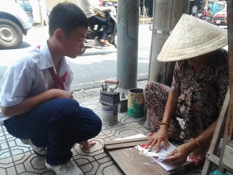 Cụ bà 75 tuổi và nghề ép giấy bằng bàn ủi con gà  - ảnh 10