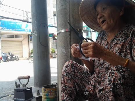 Cụ bà 75 tuổi và nghề ép giấy bằng bàn ủi con gà  - ảnh 11