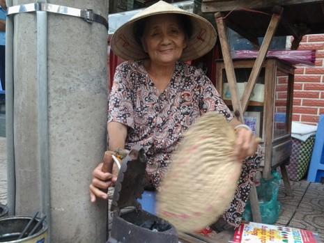 Cụ bà 75 tuổi và nghề ép giấy bằng bàn ủi con gà  - ảnh 4