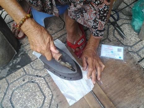 Cụ bà 75 tuổi và nghề ép giấy bằng bàn ủi con gà  - ảnh 5