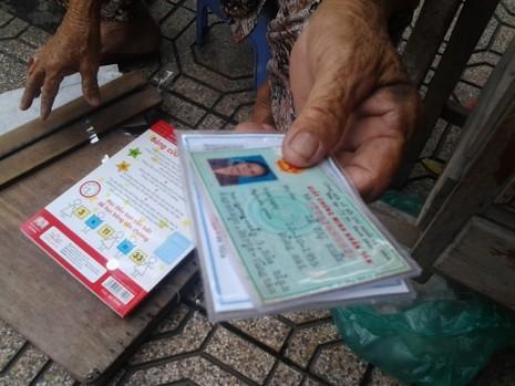 Cụ bà 75 tuổi và nghề ép giấy bằng bàn ủi con gà  - ảnh 6