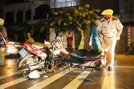 Ba người bị thương, hai xe máy nát sau cú tông trực diện - ảnh 1