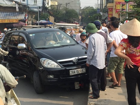 Ô tô mất lái hất văng người phụ nữ lên thành cầu - ảnh 2