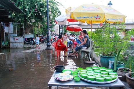 Triều cường, người Sài Gòn bì bõm lội nước về nhà - ảnh 10