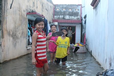 Triều cường, người Sài Gòn bì bõm lội nước về nhà - ảnh 1