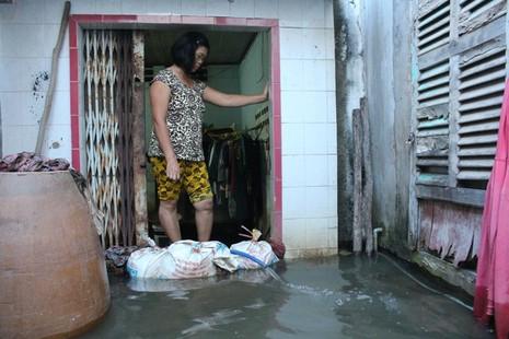Triều cường, người Sài Gòn bì bõm lội nước về nhà - ảnh 2