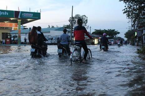 Triều cường, người Sài Gòn bì bõm lội nước về nhà - ảnh 3
