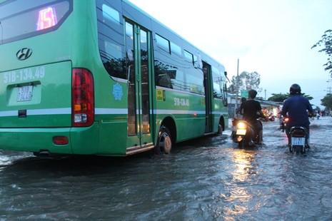 Triều cường, người Sài Gòn bì bõm lội nước về nhà - ảnh 4