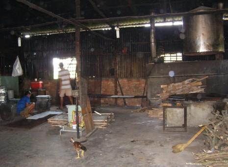 Cận cảnh 'công nghệ' sản xuất cơm cháy chà bông - ảnh 1