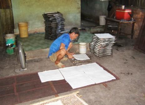 Cận cảnh 'công nghệ' sản xuất cơm cháy chà bông - ảnh 2