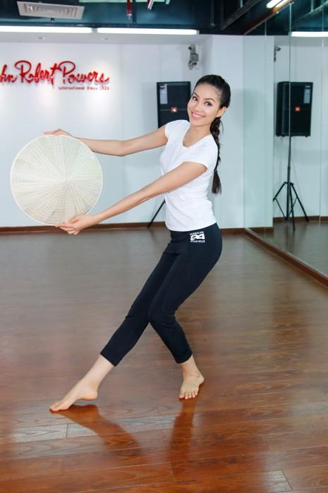Hoa hậu Phạm Hương khoe vẻ đẹp trước ngày lên đường              - ảnh 3
