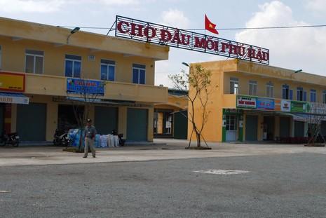 Tiểu thương vây UBND phường vì không muốn di dời chợ - ảnh 1