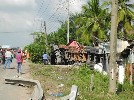 Xe container lao vào nhà dân, hai người chết, ba người bị thương - ảnh 2