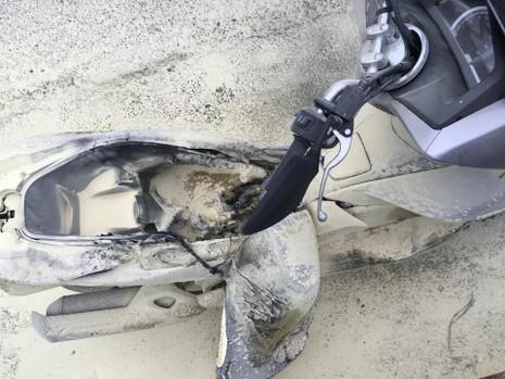 Đang chạy trên đường, xe máy bất ngờ bốc cháy dữ dội - ảnh 2