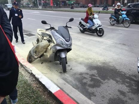 Đang chạy trên đường, xe máy bất ngờ bốc cháy dữ dội - ảnh 1