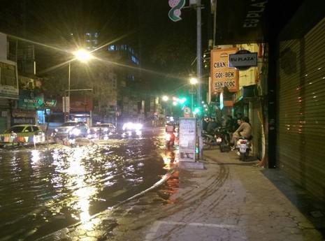 Đường phố ngập lênh láng khi xả nước vệ sinh - ảnh 3