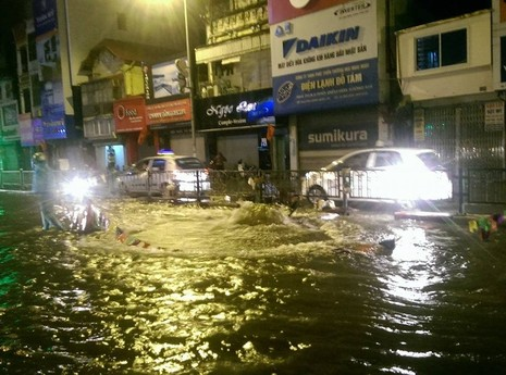 Đường phố ngập lênh láng khi xả nước vệ sinh - ảnh 2